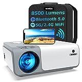Beamer, WiMiUS 8500 Lumen Full HD 1080P Beamer 5G WiFi Bluetooth Beamer LED Heimkino Projektor Unterstützung 4K Video mit 4D Trapezkorrektur&-50% Zoom